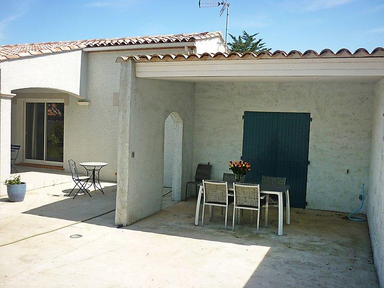 2 bedroom villa in le cap d agde occitania france ref 5038359 homerentalia. Black Bedroom Furniture Sets. Home Design Ideas